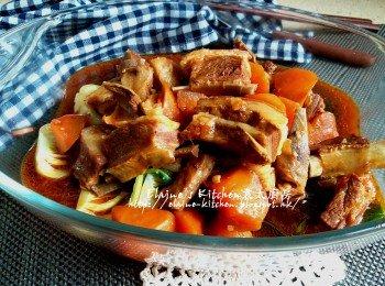 紅燒羊肉 (小棠菜墊底)