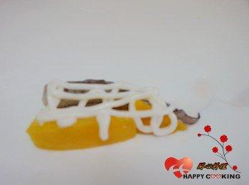 3) 威化紙鋪上蝦和芒果,擠上沙拉醬,捲起(動作要快才不會沾濕威化紙)