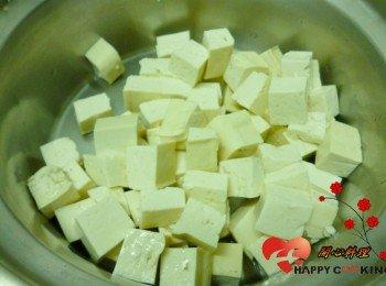 板豆腐切成一公分左右的塊狀,濾乾水分